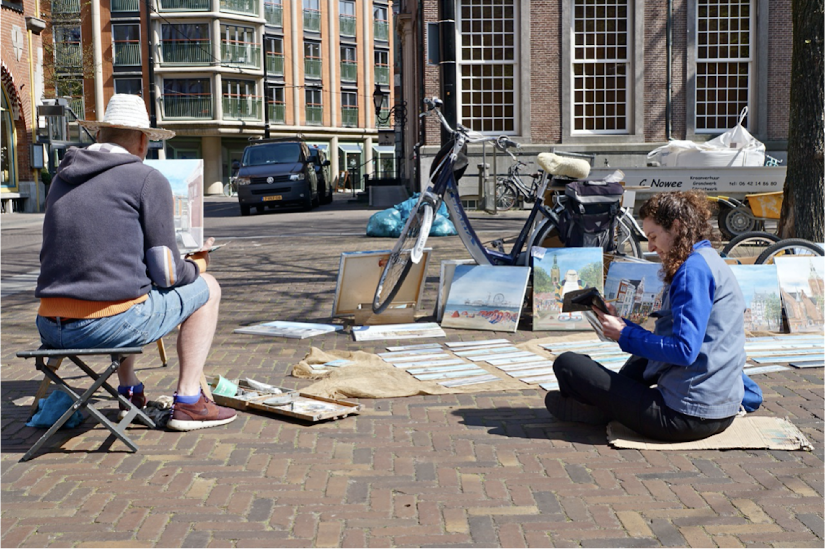 A man passes by and photographs me drawing the painter and the painter painting.